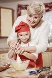 Mamá e hija en la cocina Fotografía de archivo libre de regalías