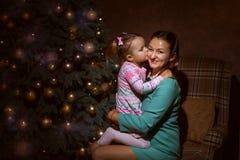 Mamá e hija en la sala de estar Fotografía de archivo libre de regalías