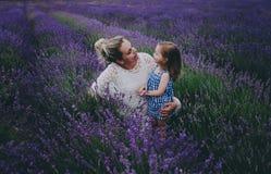 Mamá e hija en lavanda Fotografía de archivo libre de regalías