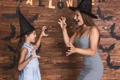 Mamá e hija listas para Halloween Imagenes de archivo