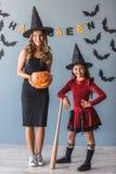 Mamá e hija listas para Halloween Imagen de archivo libre de regalías