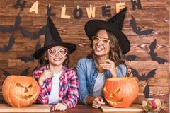 Mamá e hija listas para Halloween Fotos de archivo