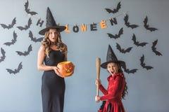 Mamá e hija listas para Halloween Foto de archivo libre de regalías