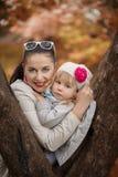 Mamá e hija preciosas del retrato en día soleado caliente del otoño imágenes de archivo libres de regalías