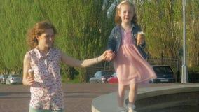 Mamá e hija que comen el helado en un parque Madre y niño familia feliz relajante almacen de metraje de vídeo