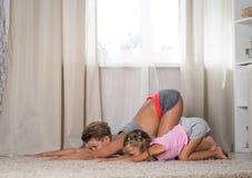 Mamá e hija que hacen ejercicios juntos imágenes de archivo libres de regalías