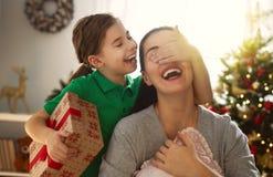 Mamá e hija que intercambian los regalos fotos de archivo libres de regalías