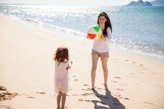 Mamá e hija que juegan la bola fotografía de archivo libre de regalías