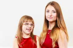 Mamá e hija que se divierten Imagenes de archivo