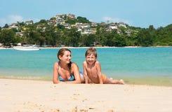Mamá e hijo en la playa en Tailandia Foto de archivo