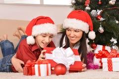 Mamá e hijo en los sombreros de santa Foto de archivo libre de regalías