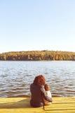 Mamá e hijo que descansan por el lago fotografía de archivo libre de regalías