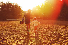 Mamá e hijo que se divierten por el lago imagen de archivo libre de regalías