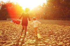 Mamá e hijo que se divierten por el lago fotografía de archivo libre de regalías