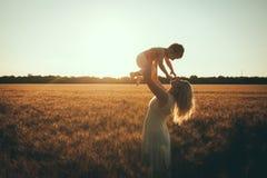 Mamá e hijo que se divierten por el lago, campo al aire libre que disfruta de la naturaleza Fotografía de archivo