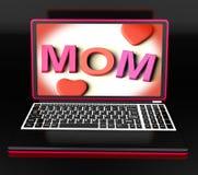 Mamá en el ordenador portátil que muestra la tarjeta de Digitaces Fotos de archivo libres de regalías