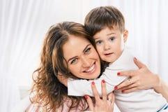 Mamá feliz de abarcamiento de Little Boy Fotografía de archivo libre de regalías