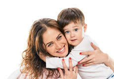 Mamá feliz de abarcamiento de Little Boy Fotos de archivo