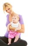 Mamá hermosa joven del caucasion que hace yoga del bebé foto de archivo