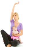 Mamá hermosa joven del caucasion que hace yoga del bebé fotos de archivo libres de regalías