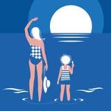 Mamá, hija y mar Fotos de archivo