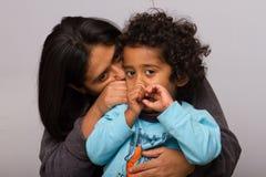 Mamá hispánica con el niño del pelo rizado imágenes de archivo libres de regalías
