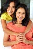 Mamá hispánica feliz y su hija Fotos de archivo