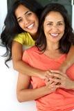 Mamá hispánica feliz y su hija Fotos de archivo libres de regalías