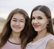 Mamá joven con la hija Imagenes de archivo