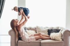 Mamá joven con su bebé de 8 meses foto de archivo