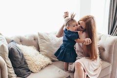 Mamá joven con su bebé de 8 meses fotos de archivo libres de regalías