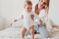 Mamá joven con su bebé de 8 meses imagen de archivo