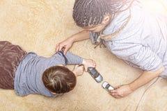 Mamá, juego, hijo, niño, feliz, diversión, familia, coches del juguete, en casa, en t imagen de archivo libre de regalías