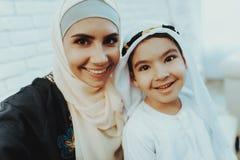 Mamá musulmán feliz con el pequeño hijo que hace Selfie imagenes de archivo
