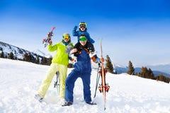 Mamá, papá con el niño en sus hombros en máscaras de esquí Fotografía de archivo libre de regalías