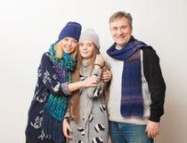 Mamá, papá e hija adolescente en el fondo blanco Fotografía de archivo