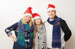 Mamá, papá e hija adolescente en el fondo blanco Fotos de archivo libres de regalías