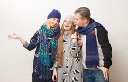 Mamá, papá e hija adolescente en el fondo blanco Fotos de archivo