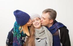 Mamá, papá e hija adolescente en el fondo blanco Imagenes de archivo