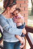 Mamá que abraza a su pequeño bebé Fotografía de archivo libre de regalías