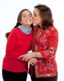 Mamá que besa a la hija Foto de archivo libre de regalías