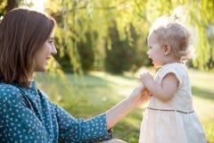Mamá que juega con la hija del bebé Imagen de archivo