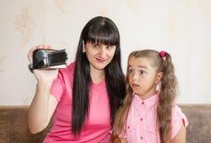 Mamá que muestra a su pequeña hija adonde vienen los bebés Fotos de archivo