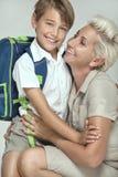 Mamá que presenta con el hijo joven, sonriendo Fotos de archivo
