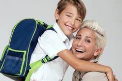 Mamá que presenta con el hijo joven, sonriendo Fotografía de archivo