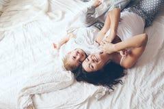 Mamá que se relaja con su pequeño hijo Imagen de archivo libre de regalías
