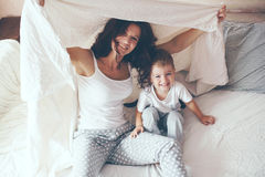 Mamá que se relaja con su pequeño hijo Imagen de archivo
