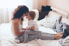 Mamá que se relaja con su pequeño hijo Fotografía de archivo libre de regalías