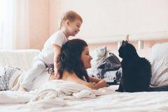 Mamá que se relaja con su pequeño hijo Foto de archivo libre de regalías