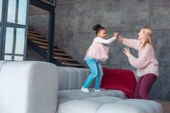 mamá Rubio-cabelluda y su baile y risa del niño en acogida imagen de archivo